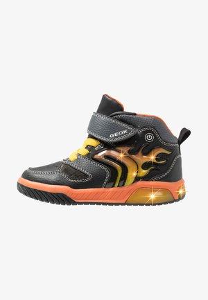 INEK BOY - High-top trainers - black/orange