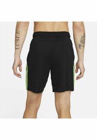 Nike Performance - SHORT TRAIN - Korte sportsbukser - black mean green mean green - 2