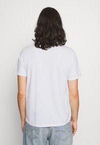 Levi's® - HOUSEMARK GRAPHIC TEE UNISEX - T-shirt imprimé - left chest batwing white - 2