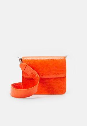 CAYMAN SHINY STRAP BAG - Borsa a tracolla - orange