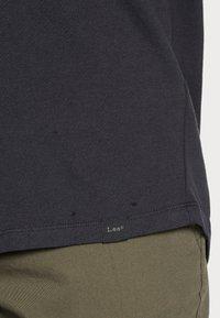 Lee - SHAPED TEE - T-shirts basic - washed black - 4