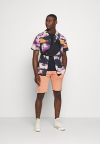 Night Addict - ROSS - Shorts - coral - 1