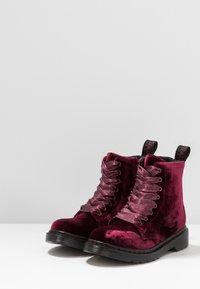 Dr. Martens - 1460 PASCAL VELVET - Šněrovací kotníkové boty - cherry red - 3