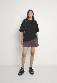 WRSTBHVR - JUNE WOMEN - Shorts - plum grey - 1