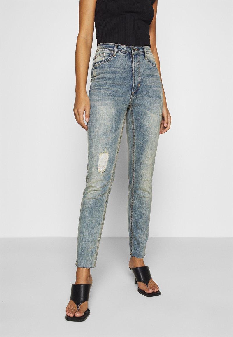 Missguided Petite - SINNER SINGLE KNEE RIP  - Jeans Skinny Fit - vintage wash