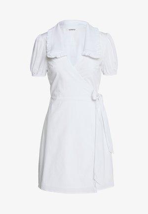 DRESS WITH RUFFLE COLLAR - Denní šaty - white
