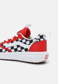 Vans - ULTRARANGE RAPIDWELD UNISEX - Sneakers laag - high risk red/true white - 6