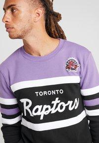 Mitchell & Ness - NBA TORONTO RAPTORS HEAD COACH CREW - Sweatshirt - purple/black - 4