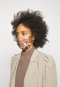 By Malene Birger - FACE MASK SOLID - Community mask - dark caramel - 2
