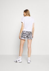 DKNY - BOXY TEE WITH OVERSIZED LABEL - Print T-shirt - white - 2