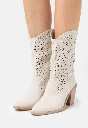 HARPER - Cowboy/biker ankle boot - bone