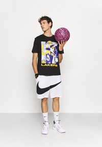 Outerstuff - NBA LOS ANGELES LAKERS SPACE JAM 2 MOD SQUAD TEE - Club wear - black - 1