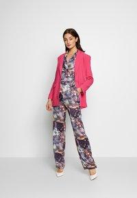 Missguided - FLORAL TROUSERS - Pantalones - purple - 1