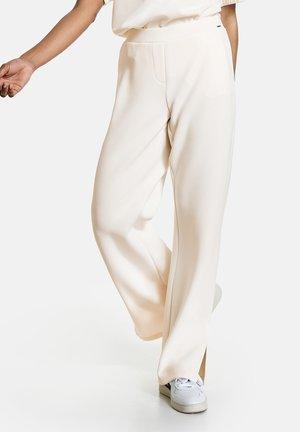 MIT SAUMSCHLITZEN - Trousers - offwhite
