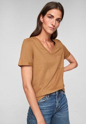 BRUSTTASCHE - Basic T-shirt - caramel