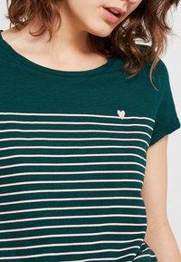 TOM TAILOR DENIM - PRINTED STRIPE TEE - T-shirt med print - green/rose - 4