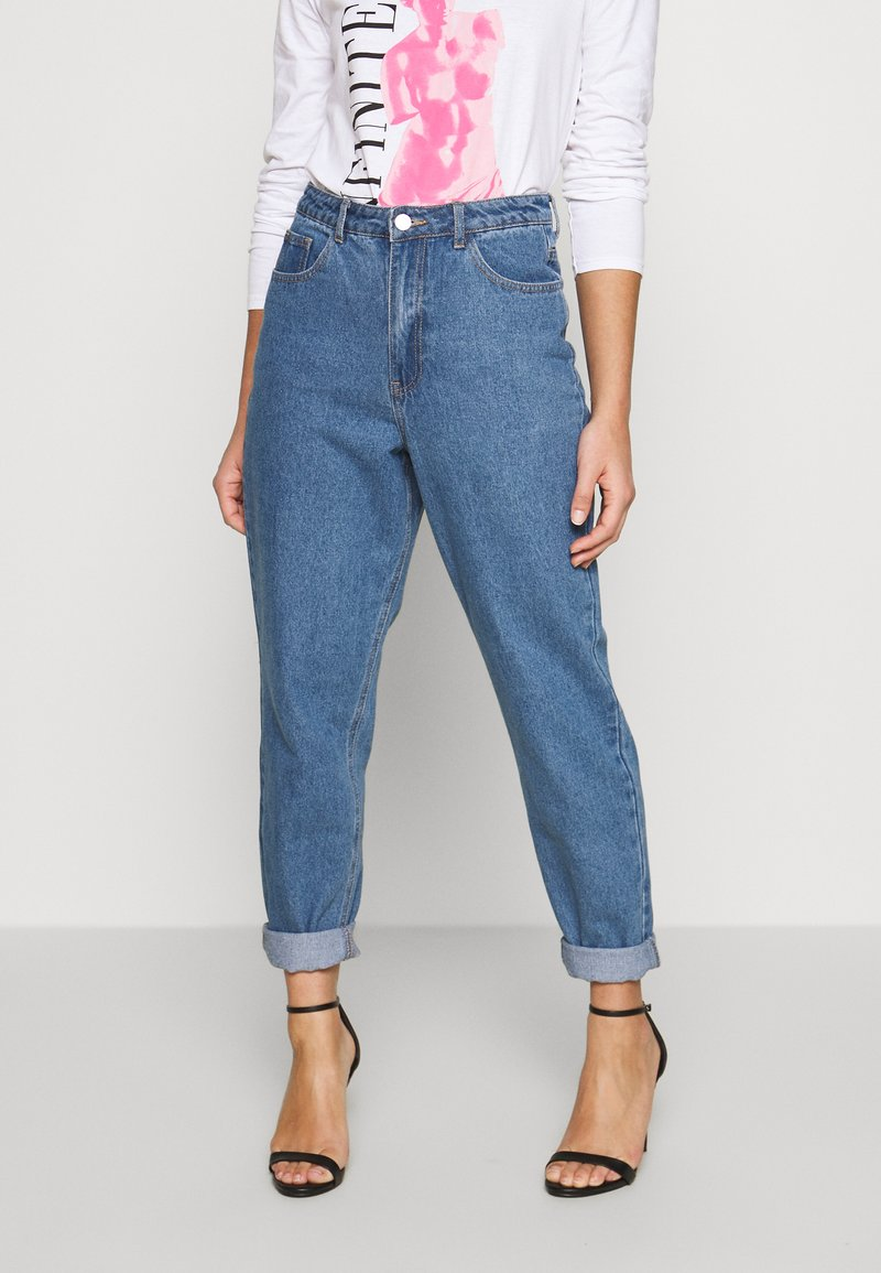 Missguided Petite - RIOT HIGHWAIST PLAIN MOM JEAN - Jeans Skinny Fit - blue