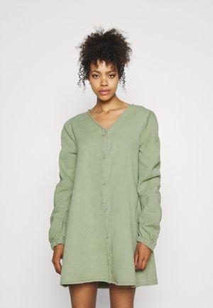 V NECK BUTTON UP DRESS - Dongerikjole - green