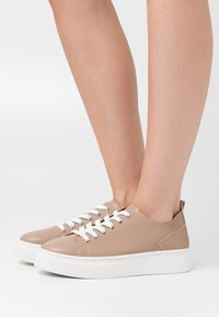 NA-KD - SOFT UPPER BASIC - Sneakers laag - taupe - 0