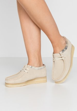 WALLABEE - Chaussures à lacets - offwhite