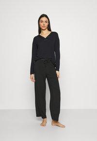 Calvin Klein Underwear - V NECK - Pyjama top - black - 1