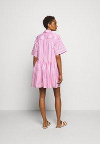Victoria Victoria Beckham - A-LINE BROAD STRIPE SHIRT DRESS - Sukienka koszulowa - pink/white - 2