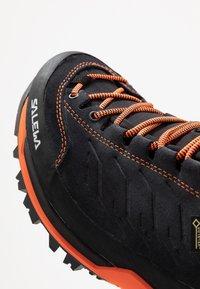 Salewa - MTN TRAINER MID GTX - Mountain shoes - asphalt/fluo orange - 5