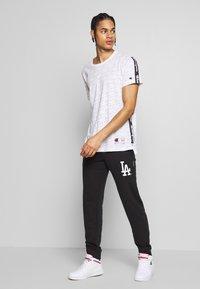 Champion - MLB LA DODGERS CUFF PANTS - Klubbkläder - dark blue - 1