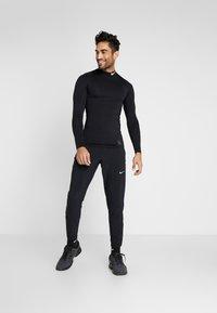 Nike Performance - WOVEN PANT - Teplákové kalhoty - black/silver - 1