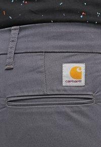 Carhartt WIP - SID LAMAR - Chinosy - blacksmith - 4