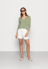 Moss Copenhagen - TERISA MERLA - Shorts - egret - 1