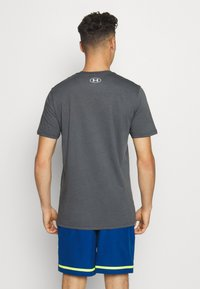 Under Armour - TAG TEE - T-shirt imprimé - pitch gray - 2