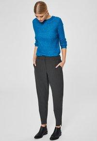 Selected Femme - MID WAIST - Trousers - dark grey - 1