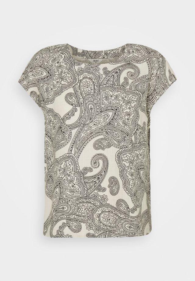 OBJADILLA TOP - T-shirt print - sandshell/sky captain