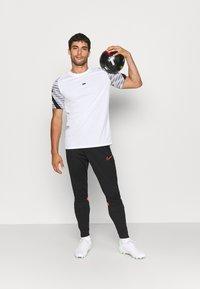 Nike Performance - ACADEMY PANT - Træningsbukser - black/bright crimson - 1
