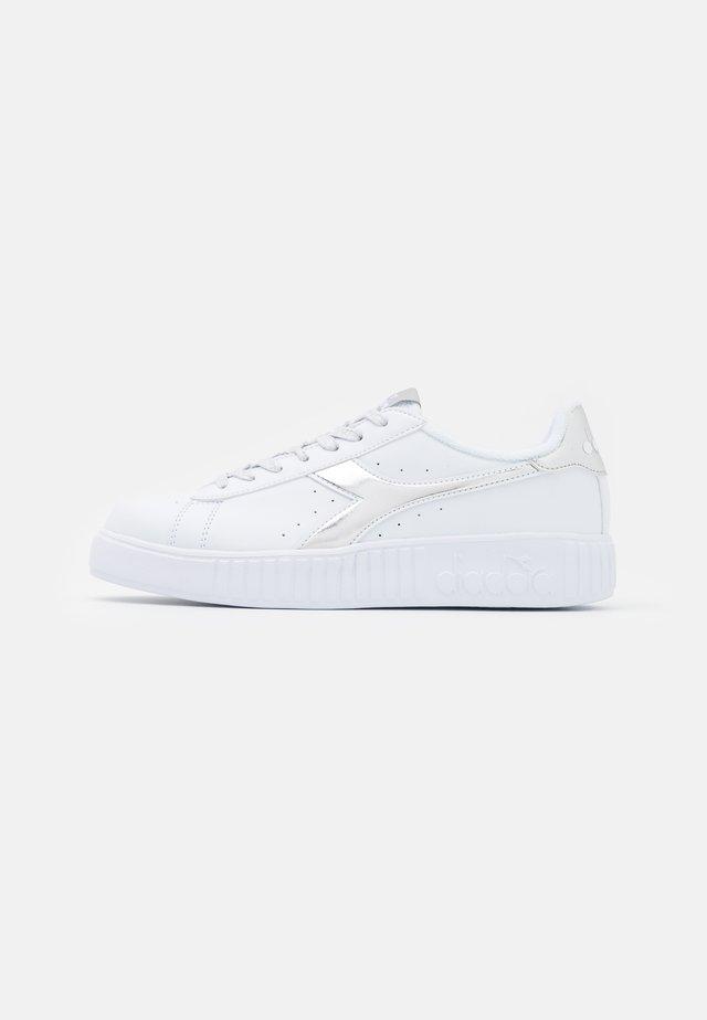 GAME STEP - Sneakers basse - aluminum
