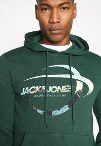 Jack & Jones - JORSCALING HOOD - Hoodie - green - 5