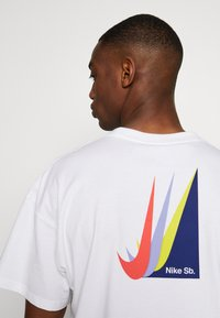 Nike SB - NIKE SB SKATEBOARD-T-SHIRT FUR HERREN - Print T-shirt - white - 4