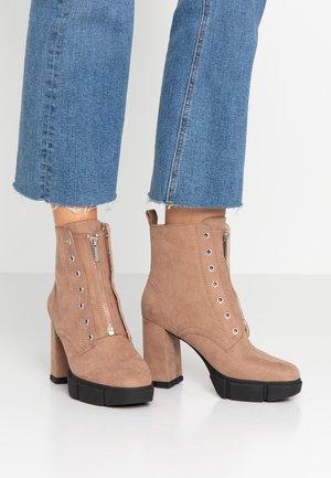 Kotníková obuv na vysokém podpatku - taupe