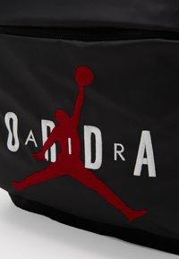 Jordan - PIVOT PACK - Batoh - black/gym red - 2
