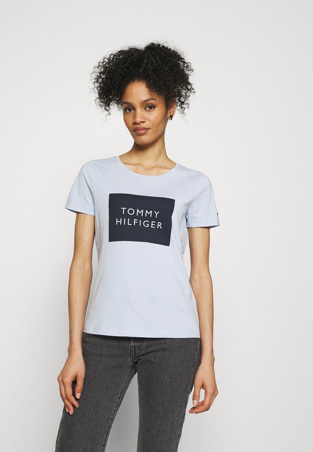 REGULAR BOX TEE - Print T-shirt - breezy blue