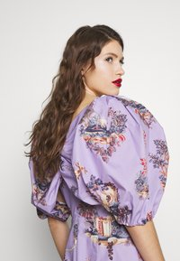 Vivetta - DRESS - Vestito estivo - fantasia fondo lilla - 4