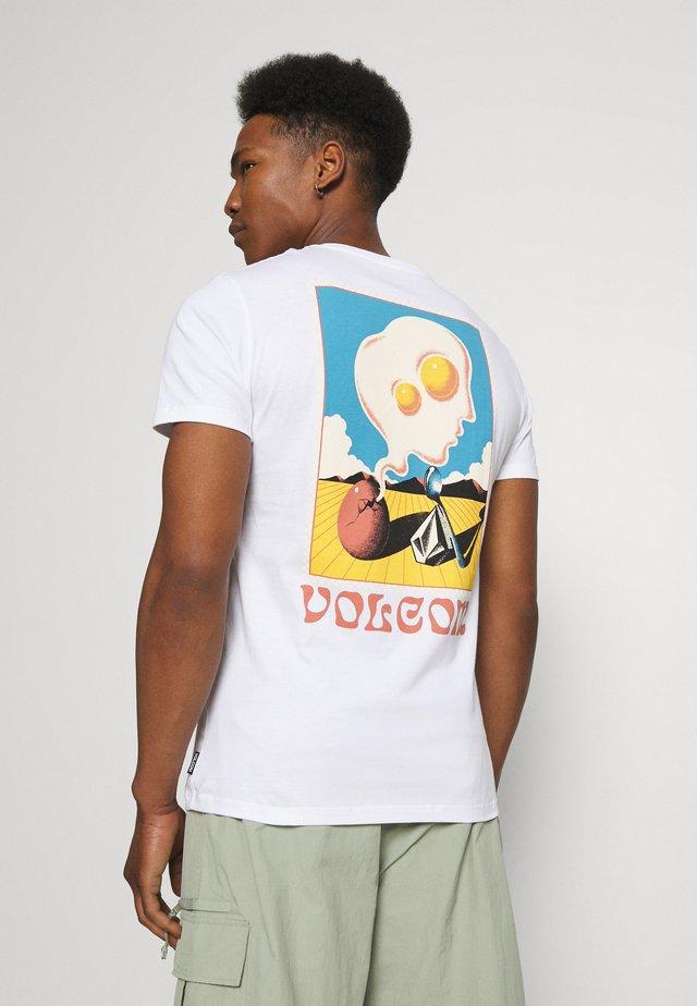 LOEFFLER - T-shirts med print - white