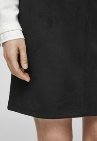s.Oliver - IN VELOURSLEDER OPTIK - A-line skirt - black - 3