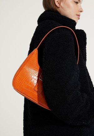 MIT KROKOPRÄGUNG - Håndtasker - orange