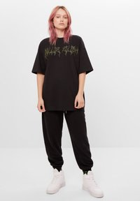 Bershka - MIT STRASS BILLIE EILISH X - Print T-shirt - black - 1
