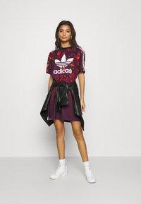 adidas Originals - GRAPHICS SPORTS INSPIRED REGULAR DRESS - Jerseykjoler - multicolor - 1