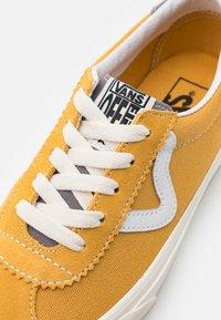Vans - SPORT UNISEX - Sneakers - honey gold/marshmallow - 5