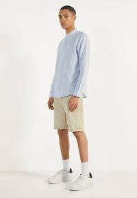 Bershka - MIT MAOKRAGEN 00913019 - Shirt - light blue - 1