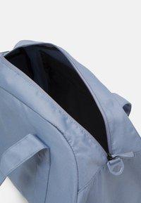 Nike Performance - GYM CLUB  - Sportovní taška - ashen slate/(white) - 3
